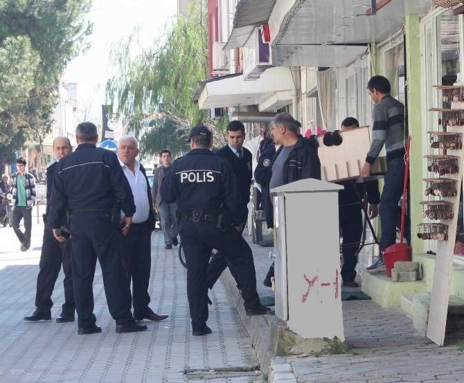 Polis Her Yerde Yaşlı Kadının Altınlarını Okuma Bahanesi İle Alan Dolandırıcıyı Arıyor
