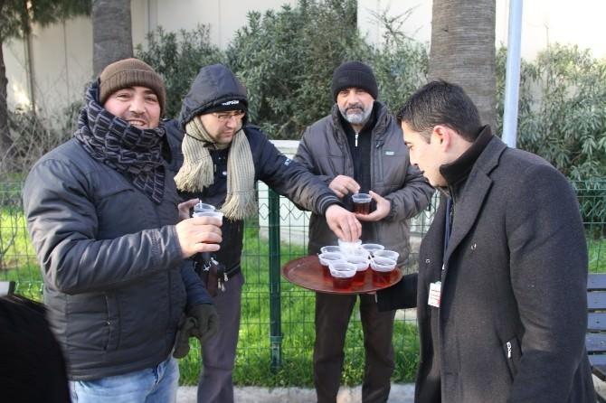 Gaziemir'de Soğuk Sabahta Sıcak İkram