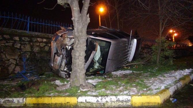 Kontrolden Çıkan Araç Caminin Bahçesine Uçtu: 2 Yaralı