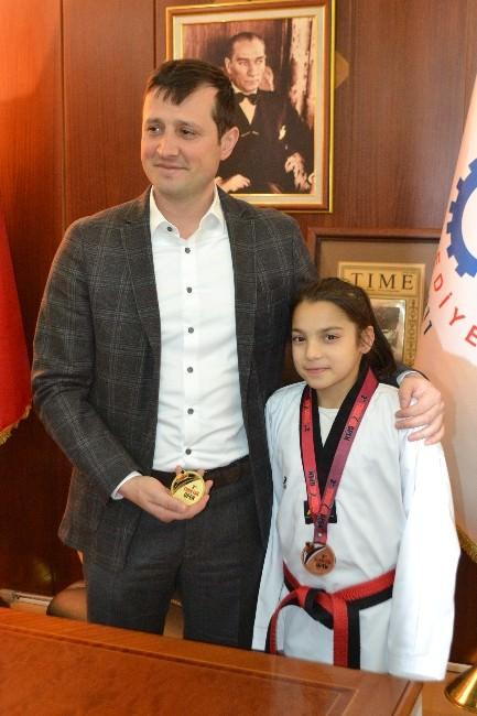 Avrupa Üçüncüsü Kübra'ya Çerkezköy Belediye Başkanı Akay'dan Hediye