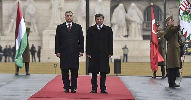 Davutoğlu Macaristan'da resmi törenle karşılandı