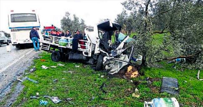 Foça'da kamyonet ile otobüs çarpıştı