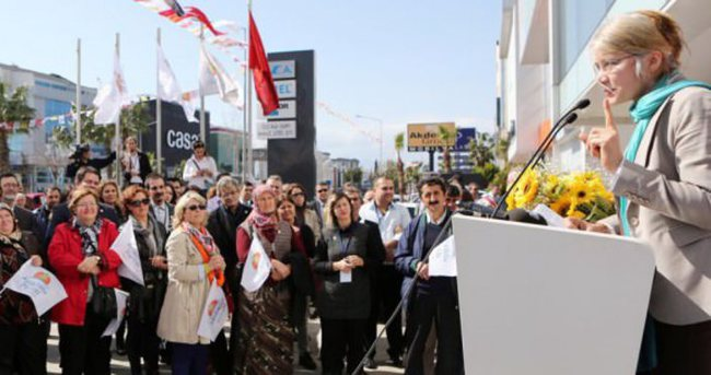 Emine Ülker Tarhan'ı 20 kişi dinlemeye geldi