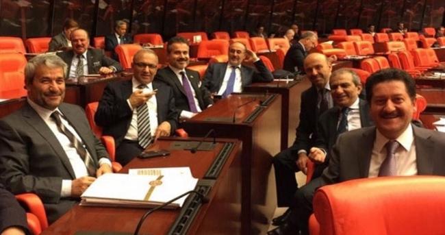 AK Partili vekillerden veda Selfie'si