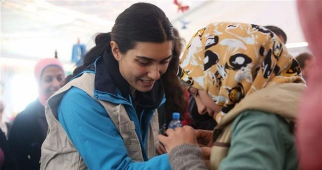 Güzel oyuncu Suriyeli çocuklarla buluştu