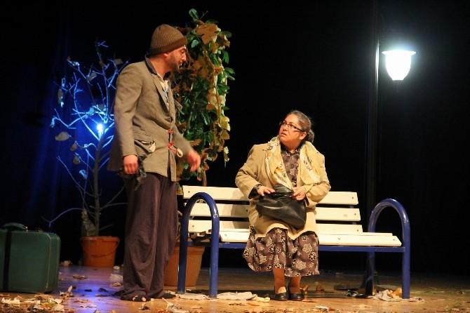 'Tut Elimden' Tiyatro Oyunu Sahnelendi