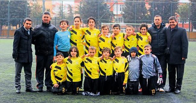 Okullar arasında futbol heyecanı