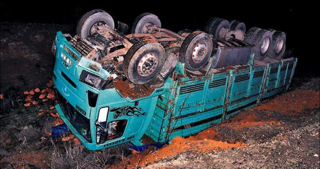 Otobüs kamyona çarptı: 2 ölü 13 yaralı