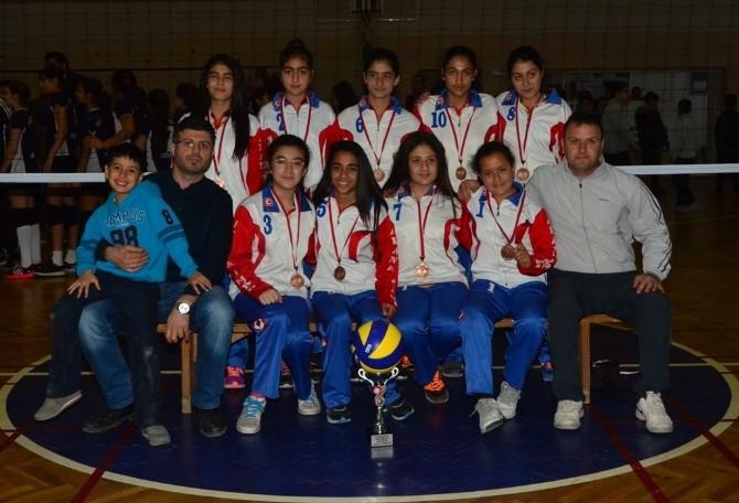 Adana'da Okullararası Küçük Bayanlar Voleybol Müsabakaları