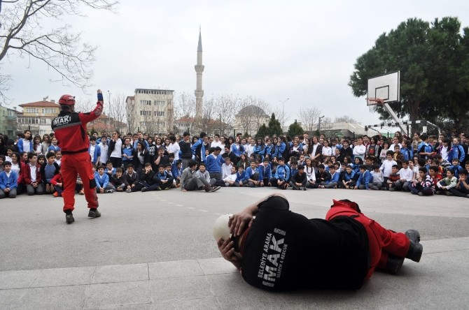 Mak'tan Öğrencilere Deprem Dersi