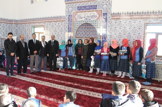 Çemişgezek'te Kızlar Kur'an-ı Kerim Okumada Yarıştı