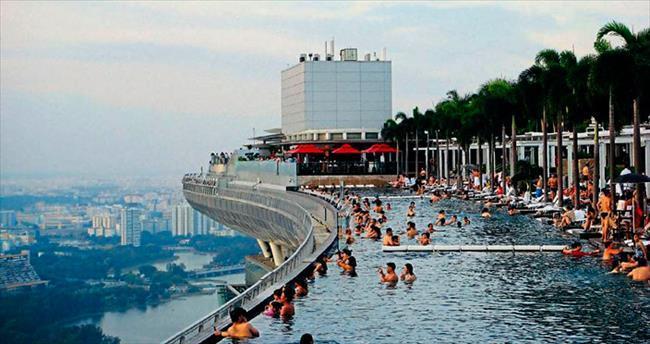 Otelin 57. katında yüzme keyfi