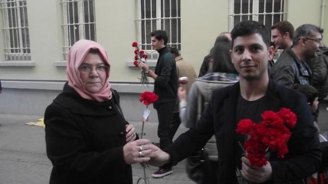 AK Parti Tepebaşı Gençlik Kolları Karanfil Dağıttı