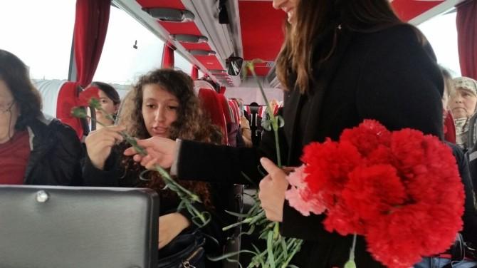 Kadın Yolculara Çiçek