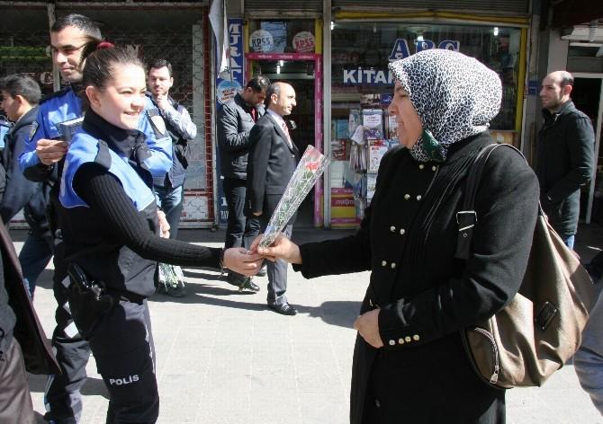 Diyarbakır'da Polis 8 Mart'ta Karanfil Ve Broşür Dağıttı