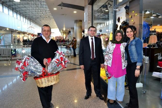 Barutçuoğlu AVM, Kadın Müşterilerine Çiçek Dağıttı