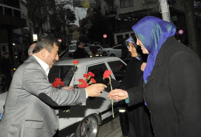 Başkan Karabacak, Karanfil Dağıttı
