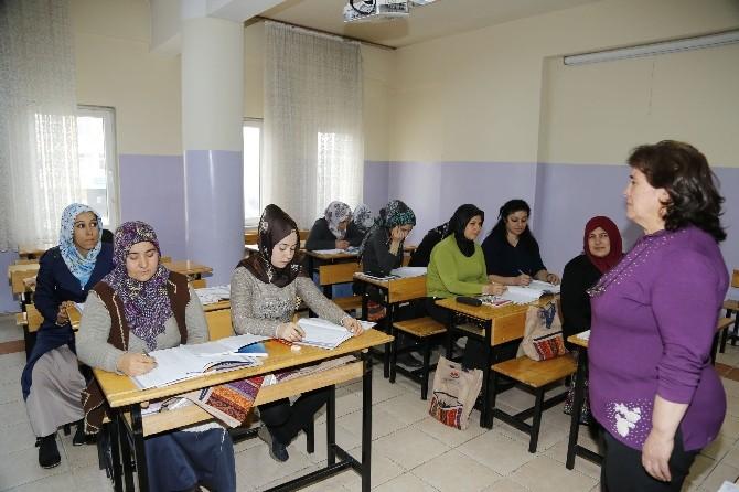 Şahinbey'in Kurslarında 2 Bin 700 Kişi Okuma-yazma Öğrendi