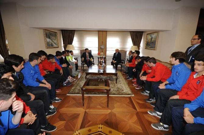 Türkiye Liseler Arası Futbol Şampiyonu Erdoğdu Anadolu Lisesi, Vali Öz'ü Ziyaret Etti