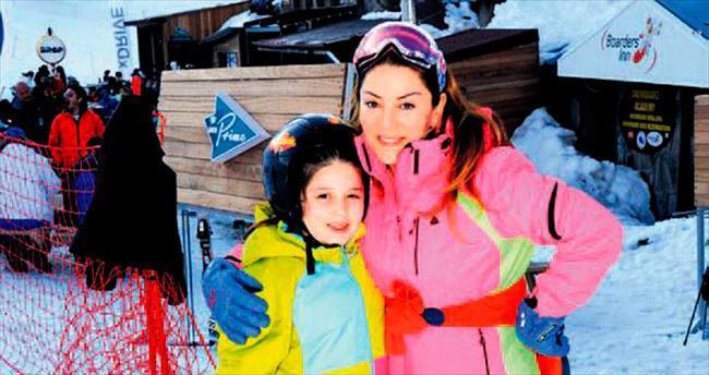 Anne-kız kayak pistinde