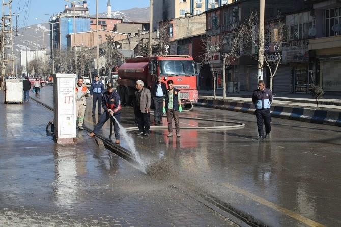 Yüksekova'da Cadde Ve Kaldırımlar Yıkandı