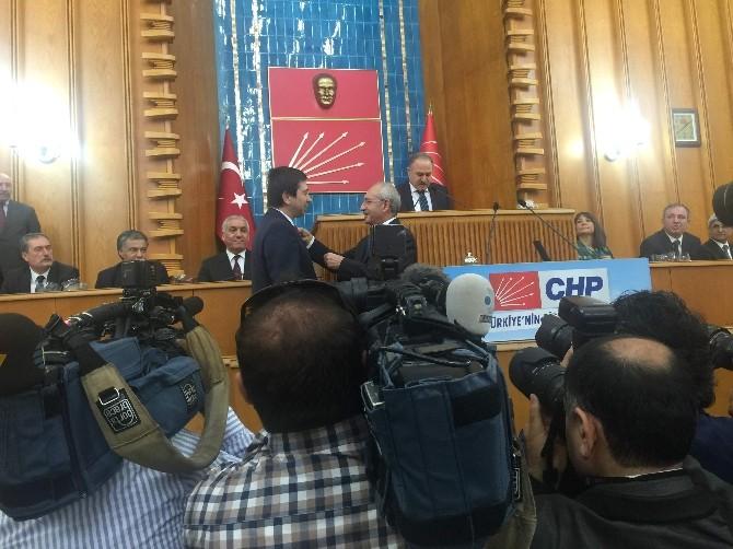 Kılıçdaroğlu, Yenidünya'ya Parti Rozeti Taktı