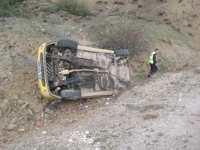 Niksar'da Otomobil Şarampole Yuvarlandı: 2 Yaralı