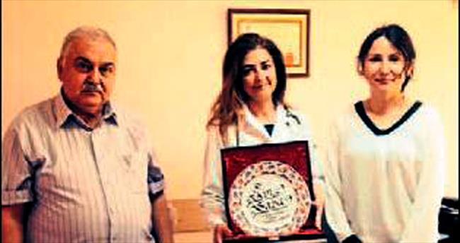 Hastası aile hekimine plaket verdi