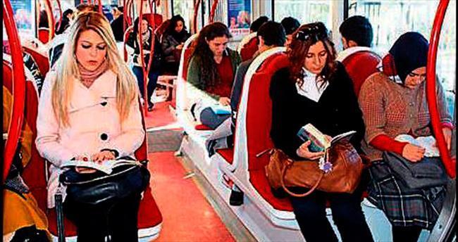 Bir okulun öğrencileri tramvayda kitap okudu