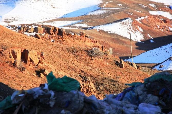 Narman'da Çöpler Peri Bacalarına Dökülüyor