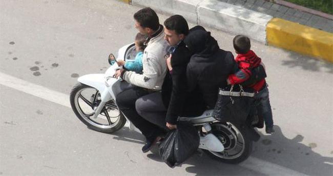Motosiklette tehlikeli yolculuk
