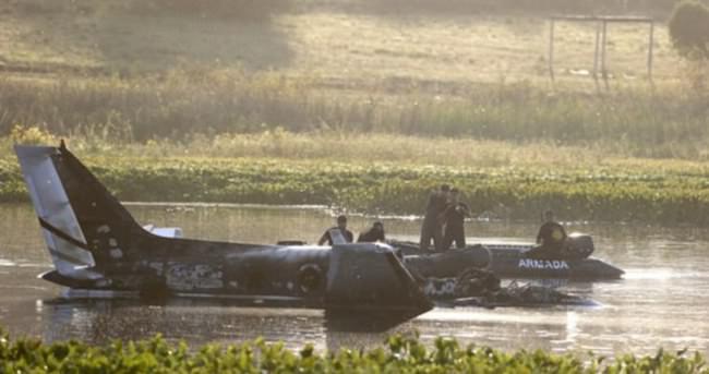Uçak yanarak nehre düştü 10 kişi öldü