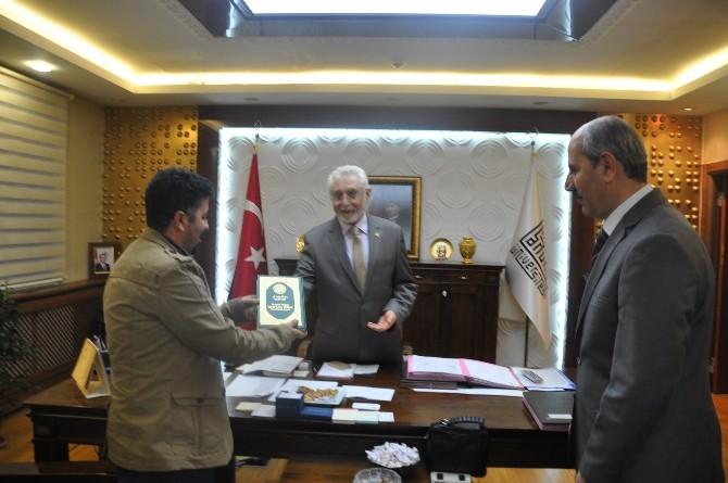 Rektör Ağırakça'ya İlk Hediye Kürtçe Mealli Kur'an Oldu