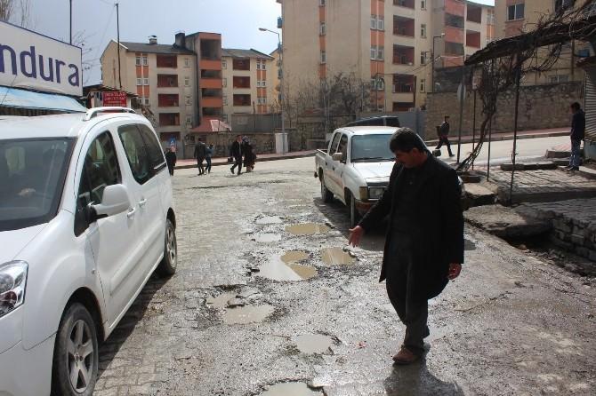 Caddelerde Oluşan Çukurlar Trafiği Olumsuz Etkiliyor