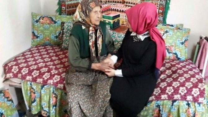 AK Partili Kadınlardan 100 Yaşındaki Emine Nineye Ziyaret