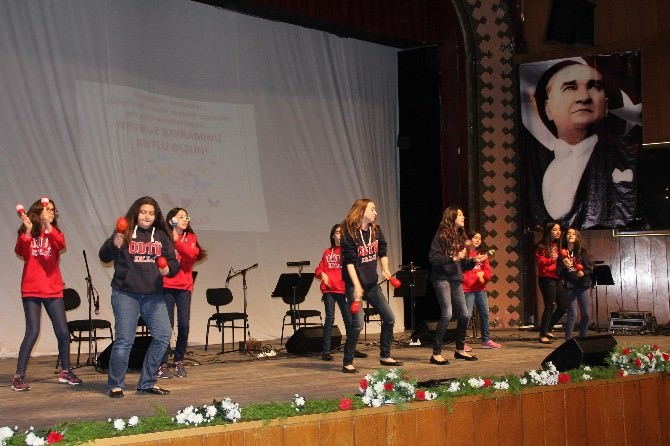 Mersin'deki Nevruz Kutlamasında Miniklere Büyük Alkış