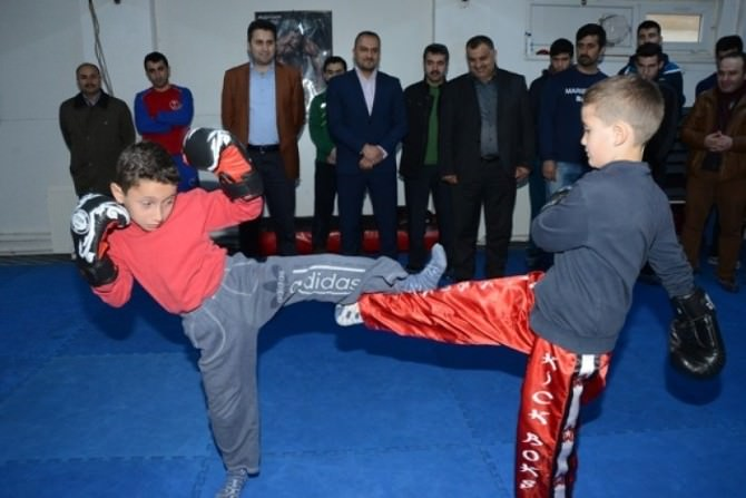 Başkan Eroğlu, Minik Sporcu İle Kick Boks Yaptı