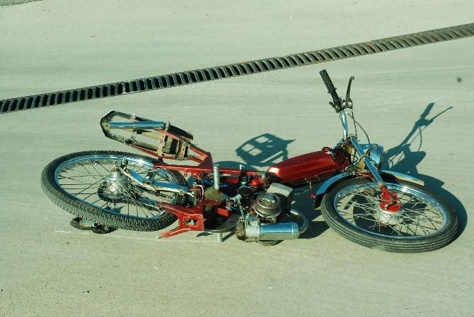 Sabah Yarış Yaparken Jandarma'dan Kaçan Mobilet Sürücüsü Öğleden Sonra Tır'ın Altına Can Verdi