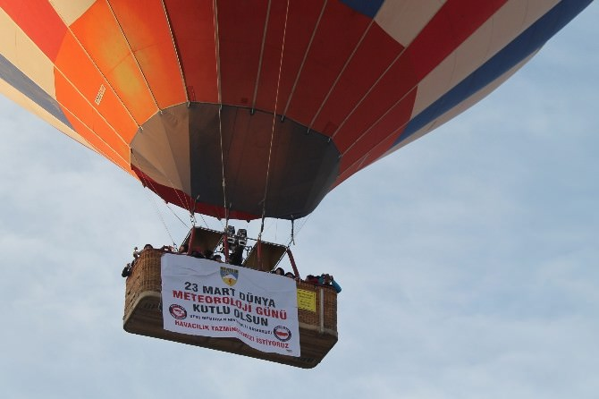 Kapadokya'da Balonlar Meteoroloji Pankartlarıyla Uçtu