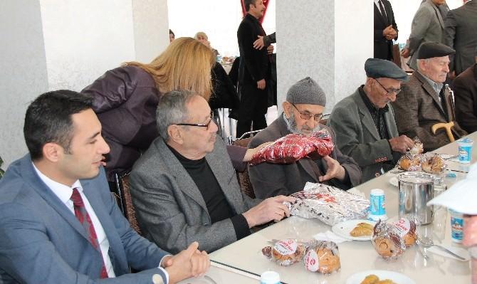 Elazığ'da Halk Sağlığı Çalışanları Yaşlıları Ziyaret Edip, Hediye Verdi