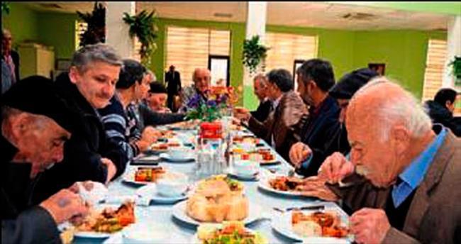 Başkan Seyfi Dingil huzurevi sakinleriyle