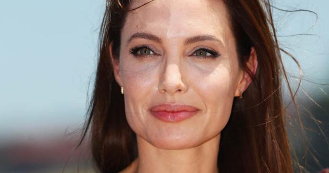 Angelina Jolie yumurtalıklarını aldırdı