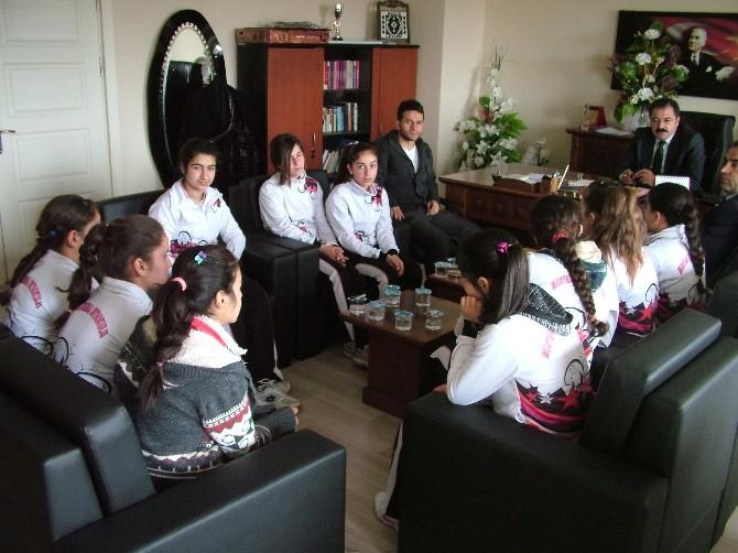 Şampiyon Kızlardan Müdürlere Ziyaret
