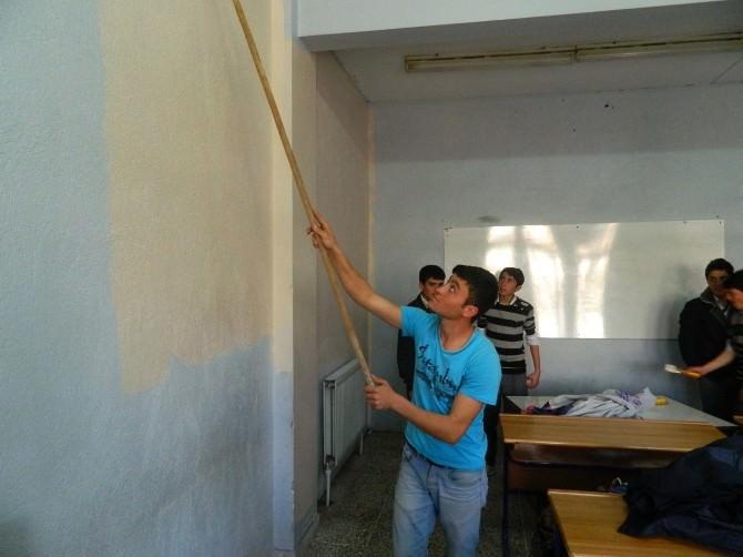 Öğretmen Ve Öğrenciler Birlikte Okulu Boyadı