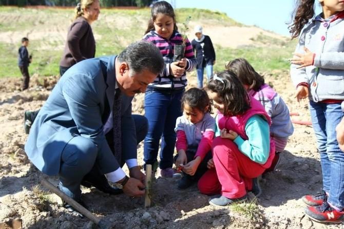 Başkan Tuna, Öğrencilerle Fidan Dikti