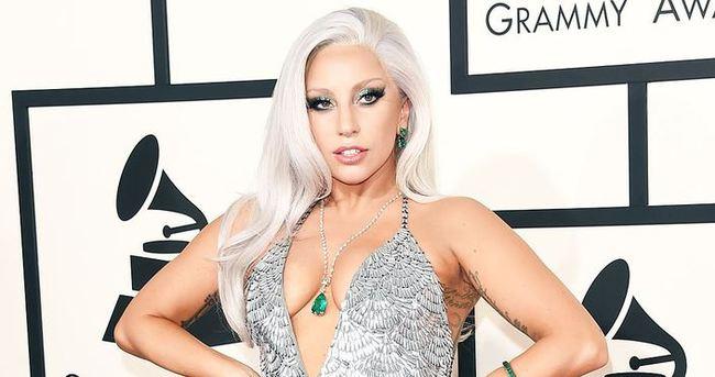 Lady Gaga ağzında şırıngayla poz verdi