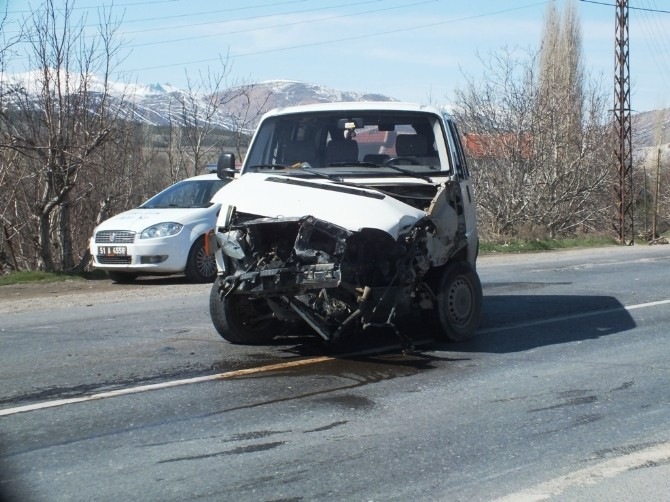 Ulukışla'da Trafik Kazası: 2 Yaralı