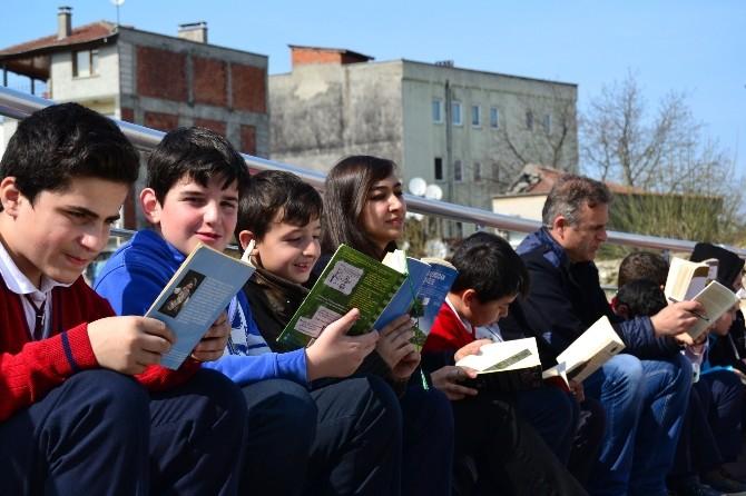 Öğrenciler Sapanca Meydanında Kitap Okudu