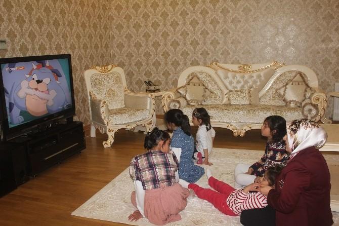 Ağrı Valisi Musa Işın'ın Eşi Tuba Işın, Çocuklarla Çizgi Film İzledi
