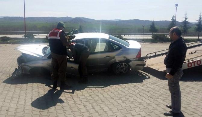 Otomobil Dinlenme Tesisine Daldı: 2 Yaralı